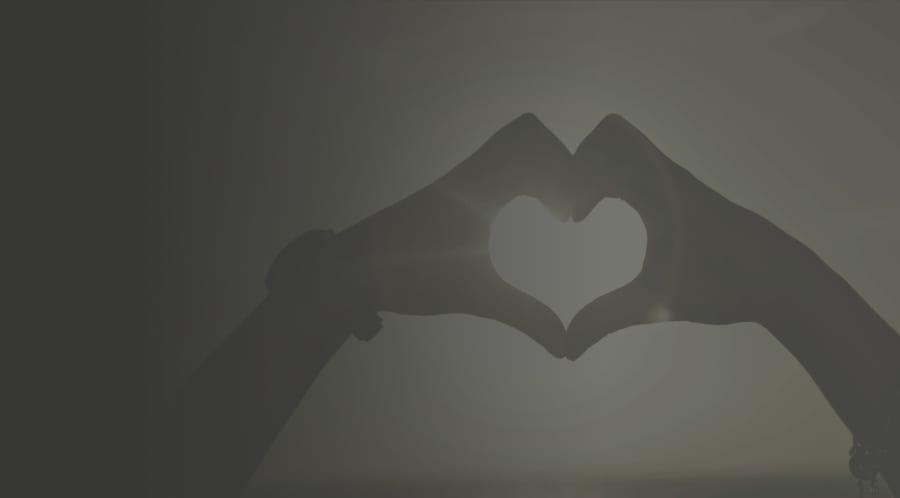 Deux mains qui forment un coeur en remerciement